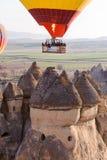 卡帕多细亚,土耳其- 2017年4月, 08日:气球飞行在蘑菇谷, pa非凡岩层岩石小山  库存照片