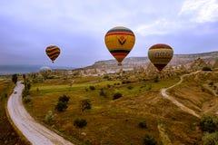 卡帕多细亚,土耳其- 6月01,2018 :气球节日  在一个五颜六色的气球的飞行在欧洲和亚洲之间 desi的履行 免版税图库摄影