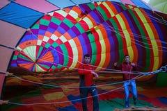 卡帕多细亚,土耳其- 6月01,2018 :气球节日  在一个五颜六色的气球的飞行在欧洲和亚洲之间 desi的履行 图库摄影