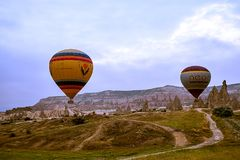 卡帕多细亚,土耳其- 6月01,2018 :气球节日  在一个五颜六色的气球的飞行在欧洲和亚洲之间 desi的履行 免版税库存图片