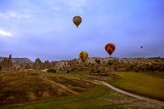 卡帕多细亚,土耳其- 6月01,2018 :气球节日  在一个五颜六色的气球的飞行在欧洲和亚洲之间 desi的履行 免版税库存照片