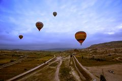 卡帕多细亚,土耳其- 6月01,2018 :气球节日  在一个五颜六色的气球的飞行在欧洲和亚洲之间 desi的履行 库存图片