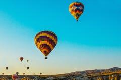 卡帕多细亚,安纳托利亚,土耳其:在早晨天空蔚蓝的背景的五颜六色的气球 免版税图库摄影
