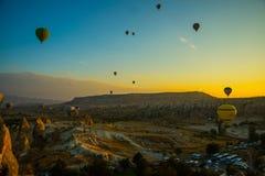 卡帕多细亚,格雷梅,安纳托利亚,土耳其:气球飞行风景充满活力的看法在卡帕多细亚谷的在日出光芒 库存图片