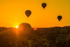 卡帕多细亚,格雷梅,安纳托利亚,土耳其 热空气气球剪影飞行在卡帕多细亚 图库摄影