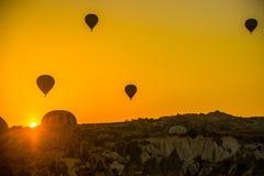 卡帕多细亚,格雷梅,安纳托利亚,土耳其 热空气气球剪影飞行在卡帕多细亚 库存照片