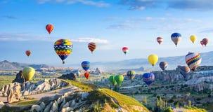 卡帕多细亚的巨大旅游胜地-迅速增加飞行 盖帽 免版税库存图片
