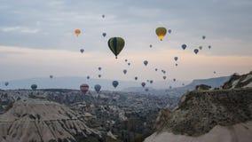 卡帕多细亚,土耳其- 2014年11月15日:迅速增加在卡帕多细亚-土耳其的热空气 库存照片