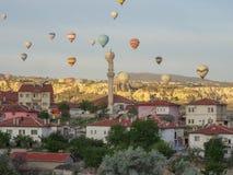 卡帕多细亚-土耳其- 2016 5月02日,在卡帕多细亚,土耳其的热空气气球 图库摄影
