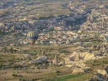 卡帕多细亚-土耳其- 2016 5月02日,在卡帕多细亚,土耳其的热空气气球 库存图片