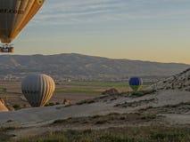 卡帕多细亚-土耳其- 2016 5月02日,在卡帕多细亚,土耳其的热空气气球 库存照片