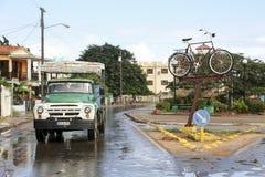 卡德纳斯,古巴- 2015年11月26日:在路的卡车驱动, 免版税图库摄影