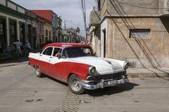 卡德纳斯,古巴- 2015年11月26日:葡萄酒汽车老朋友 图库摄影