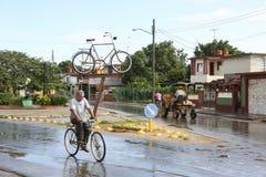 卡德纳斯,古巴- 2015年11月26日:马支架和自行车 免版税库存图片