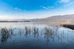 从卡扎戈布拉比亚,瓦雷泽,意大利省的瓦雷泽湖  免版税图库摄影