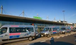 卡托维兹机场广场-终端C -机场班车 库存照片