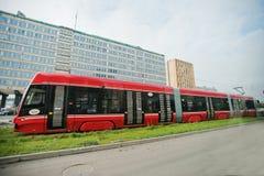 卡托维兹,波兰- 2014年10月24日:继续前进方式的红色电车 免版税库存图片