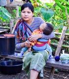 卡扬母亲和女儿在泰国小山村庄 库存图片