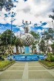 卡扬贝火山,厄瓜多尔- 2017年9月05日:在一个金属行星的金属人纪念碑,位于一个公园在城市  库存图片
