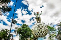 卡扬贝火山,厄瓜多尔- 2017年9月05日:在一个金属行星的金属人纪念碑,位于一个公园在城市  库存照片