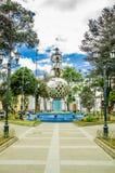 卡扬贝火山,厄瓜多尔- 2017年9月05日:在一个金属行星的金属人纪念碑,位于一个公园在城市  免版税库存照片