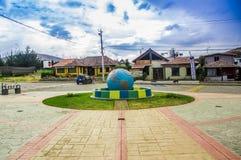 卡扬贝火山,厄瓜多尔- 2017年9月05日:赤道线纪念碑,标记点赤道通过,卡扬贝火山 免版税库存照片