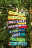 卡扬贝火山,厄瓜多尔- 2017年9月05日:距离的情报标志从卡扬贝火山的,不同的国家被写在a 免版税库存图片