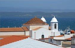 卡拉塞塔市的山顶的白色教会在圣安蒂奥科岛海岛 图库摄影