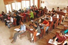 卡拉奇大学-在演讲期间,学生坐 库存图片