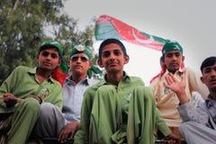卡拉奇巴基斯坦新pti的支持者 免版税库存照片
