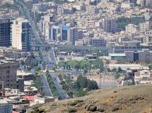 卡拉季伊朗市都市地平线鸟瞰图 库存照片