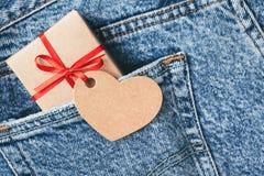 卡拉服特有红色弓和标记的礼物盒 免版税库存照片