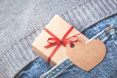 卡拉服特有红色弓和标记的礼物盒 免版税库存图片