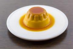 卡拉梅尔糖香草乳蛋糕点心或果馅饼在白色盘 免版税库存图片