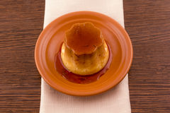 卡拉梅尔糖香草乳蛋糕点心或果馅饼在盘 库存照片