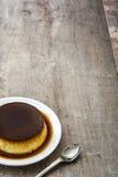 卡拉梅尔糖 在木头的蛋布丁 图库摄影