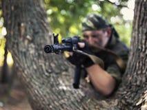 从卡拉什尼科夫特写镜头的战士射击 免版税库存图片