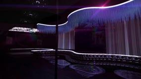 卡拉OK演唱夜总会紫色光 库存图片