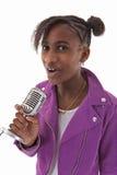 卡拉OK演唱少年女孩 免版税库存图片