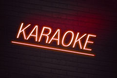 卡拉OK演唱霓虹灯广告 免版税库存图片