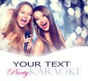 卡拉OK演唱 有话筒的秀丽女孩 免版税库存图片