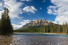 卡斯尔山在班夫国家公园,加拿大弓谷在强大落矶山监视外  美好的场面夏天 免版税库存照片