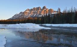 卡斯尔山日出,班夫国家公园,加拿大 免版税库存照片