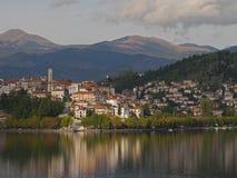 卡斯托里亚希腊 覆盖湖 库存图片