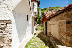 卡斯托里亚,希腊- 2016年6月02日:照片一个如此舒适街道 免版税库存照片