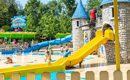卡斯泰尔诺沃德尔加尔达,意大利- 2016年8月31日:儿童游戏用水,从水滑道的乘驾 公园在卡斯泰尔诺沃德尔加尔达, 库存图片