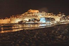 卡斯特利翁省、西班牙和爸爸月城堡省的Peñiscola地中海镇夜视图  免版税库存照片
