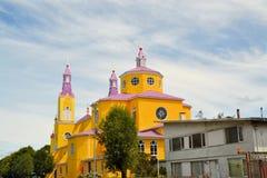 卡斯特罗, Chiloe,智利黄色和紫色教会  免版税图库摄影