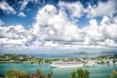 卡斯特里, stLucia - 2015年11月26日:游轮在多云天空的港口 蓝色海岸的镇与山风景 Summ 免版税库存图片