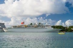 卡斯特里, stlucia - 2015年11月26日:船和汽船在热带海滩的蓝色海 划线员在多云天空的港口 豪华 免版税库存照片